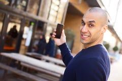 Tenir son téléphone portable photographie stock