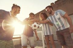 Tenir un ballon de football Image stock