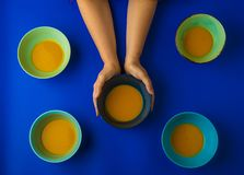 Tenir un bol de soupe à potiron photographie stock libre de droits