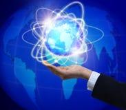 Tenir un globe rougeoyant de la terre dans des ses mains Photo libre de droits
