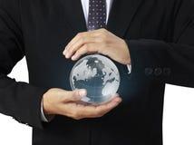 Tenir un globe rougeoyant de la terre dans des ses mains Photographie stock