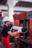 Tenir un métal manufacturé argenté Image libre de droits