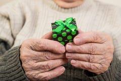 Tenir un paquet de cadeau Images stock