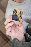 Tenir un paquet de cadeau Photographie stock libre de droits