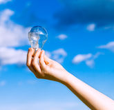 Tenir une ampoule Photo libre de droits