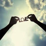 Tenir une coupe de papier de l'amour Image stock