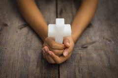 Tenir une croix religieuse Photo libre de droits
