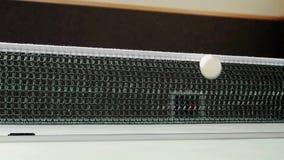 Tenis de mesa con la red y la tabla de la bola almacen de metraje de vídeo