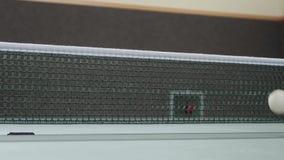 Tenis de mesa con la red y la tabla de la bola almacen de video