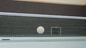 Tenis de mesa con la red y la tabla de la bola metrajes