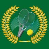 Tenis y guirnalda de oro en verde Imágenes de archivo libres de regalías