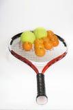 Tenis y mandarinas. Fotografía de archivo libre de regalías