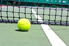 Tenisowa piłka na sądzie Zdjęcia Stock