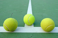 Tenisowa piłka na sądzie na tenis zieleni sądzie obraz royalty free