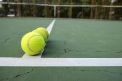 Tenisowa piłka na zieleń sądzie fotografia royalty free