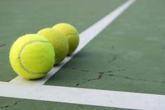 Tenisowa piłka na zieleń sądzie zdjęcia royalty free