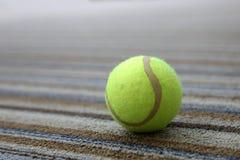 Tenisowa piłka na dywanie Zdjęcie Stock