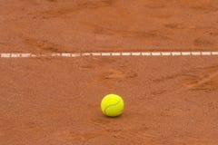 Tenisowa pi?ka na tenisowym glinianym s?dzie obraz royalty free