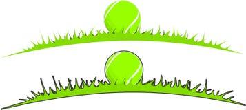 Tenisowa piłka w trawie Zdjęcia Royalty Free