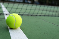 Tenisowa piłka na sądzie Obrazy Royalty Free