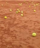 Tenisowe piłki na glinianym sądzie Obrazy Royalty Free