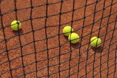 Tenisowe piłki na glinianym sądzie Zdjęcie Royalty Free