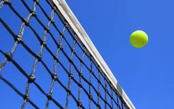 Tenisowe piłki na sądzie Obrazy Royalty Free