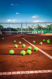 Tenisowe piłki na tenisowym sądzie Zdjęcia Stock