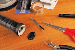 Tenisowego racquet rękojeść przygotowywał dla ołowianej instalaci z różnorodnymi narzędziami i materiałami obrazy royalty free