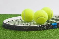 Tenisowy pojęcie: zbliżenie, tenisowy kant z piłkami kłama na zieleni Obrazy Stock