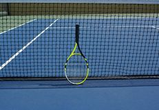 Tenisracket op hof royalty-vrije stock afbeeldingen