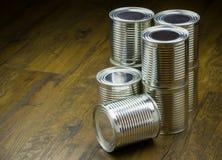 Tenn- cans för mat på träbakgrund fotografering för bildbyråer