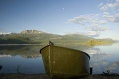 Tenn- fartyg på en sjö i bergen Royaltyfri Fotografi