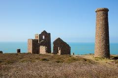 Tenn- min på den horisontCornwall kusten England UK Arkivfoton