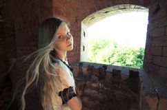 Tennage女孩于废墟 免版税库存图片