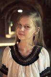 Tennage女孩于废墟 图库摄影