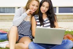 Tennage-Studentenstudieren Lizenzfreie Stockfotos