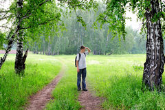 Tennager en el bosque Foto de archivo