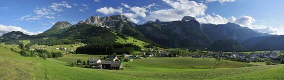Tennengebirge & Dorp Abtenau Stock Afbeeldingen