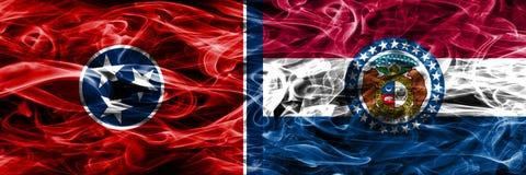 Tennessee contra las banderas coloridas del humo del concepto de Missouri colocadas de lado a lado foto de archivo libre de regalías
