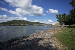 Tennessee River e diga di Guntersville un giorno soleggiato Fotografia Stock