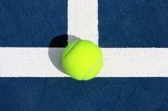Tennis Ace sulla linea di servizio fotografia stock