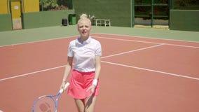 Tennis arrabbiato della giovane donna che urla sulla corte stock footage