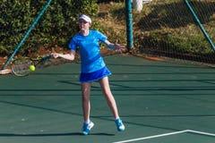 Tennis blu del colpo della ragazza Fotografie Stock