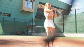 Tennis che giocano una partita sulla corte un giorno soleggiato archivi video