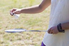 Tennis che tiene una racchetta e un volano di tennis Fotografia Stock Libera da Diritti