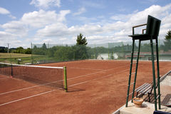 Tennis court. Umpire chair and net Royalty Free Stock Photos