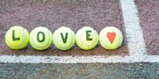 Tennis d'amour - mot et forme de coeur Images stock