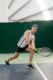 Tennis de jeu de jeune homme extérieur sur la cour orange image libre de droits