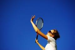 tennis de pièce de fille joli aux jeunes image stock